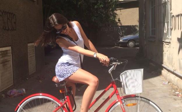 מיטל איטקיס על אופניים (צילום: מיטל איטקיס)