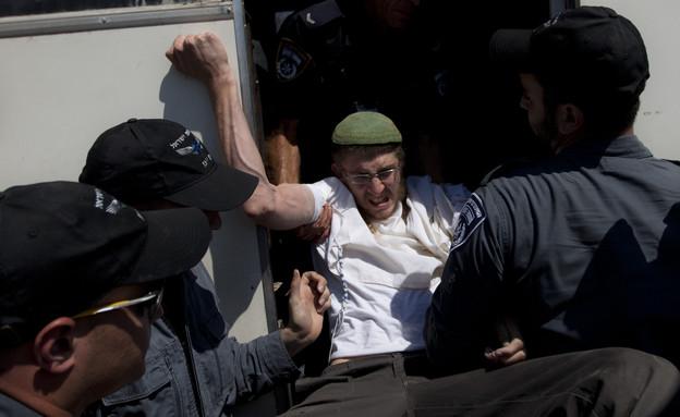 צעיר נאבק עם שוטרים במהלך פינוי התנחלות מיגרון (צילום: ap ,ap)
