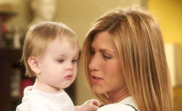 """ג'ניפר אניסטון עם התינוקת אמה ב""""חברים"""" (צילום: צילום מסך ,צילום מסך)"""