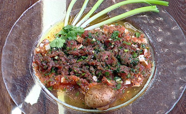 פילה בקר קצוץ נא ברוטב עגבניות טריות ופטריות (צילום: קשת ,מאסטר שף VIP)
