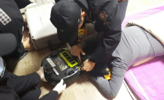מכבי האש מנסים לחלץ את האישה משואב האבק הרובוטי