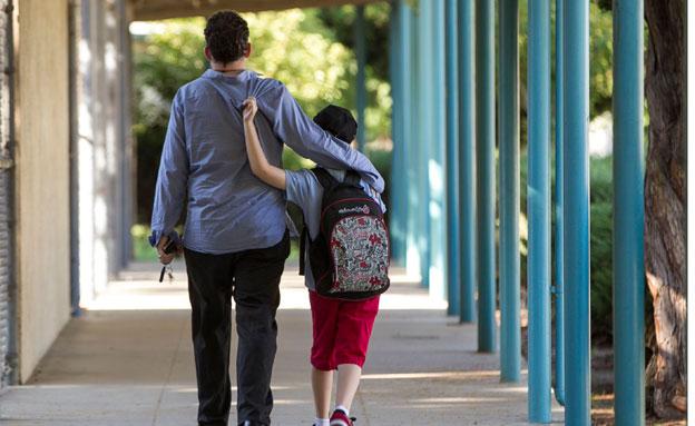 אוטיסט, ילד, הורה, מבוגר (צילום: AP)