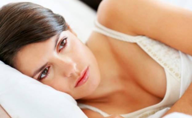 אישה עצובה במיטה עם גבר (צילום: אימג'בנק / Thinkstock)
