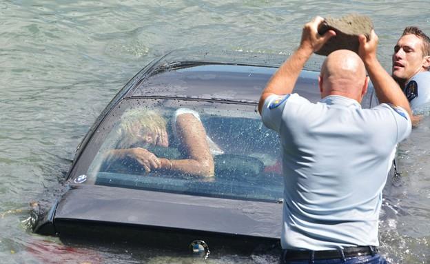 חילצו אישה מרכב טובע (צילום: סימון מוד)