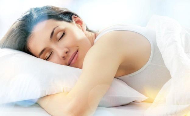 בחורה מחייכת מתוך שינה (צילום: אימג'בנק / Thinkstock)