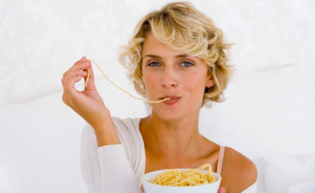 אישה אוכלת פסטה (צילום: אימג'בנק / Thinkstock)