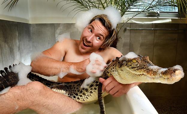מתקלח עם חיות (צילום: Jay Town / REX)