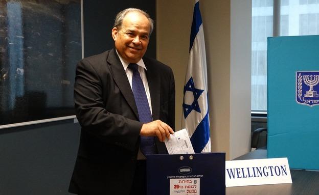 שגריר ישראל בניו זילנד מצביע (צילום: משרד החוץ)