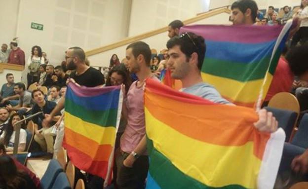 מפגינים מול בנט באוניסרסיטה העברית