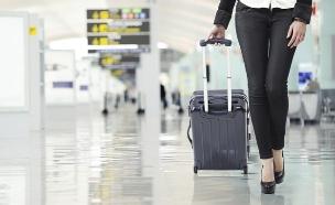 אישה עם מזוודה (צילום: אימג'בנק / Thinkstock)