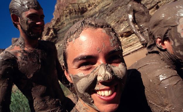אישה בבוץ (צילום: אימג'בנק / Thinkstock)