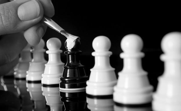כלי שחמט שחור נצבע בלבן (אילוסטרציה: thinkstock ,thinkstock)