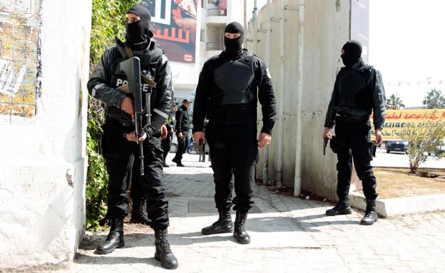 חיילים בזירת הפיגוע, ביום רביעי (צילום: רויטרס)