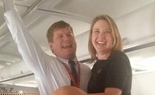 הטייס הציע נישואין לדיילת (צילום: צילום מסך מתוך youtube)