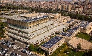 שדה הפקת החשמל הסולארי על גג הכנסת (צילום: גיא מדור, דוברות הכנסת)