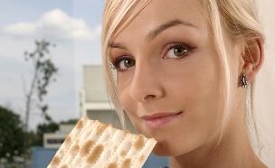 אישה אוכלת מצה (צילום: אימג'בנק / Thinkstock)