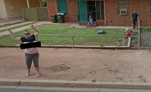 קארן דייויד חושפת חזה בגוגל סטריט-וויו (צילום: Google Street-View)