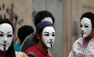 """בין היעדים: טלפונים חכמים וטאבלטים. פעילי """"אנונימו (צילום: רויטרס)"""
