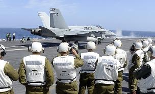 """קצינים ישראלים על נושאת מטוסים אמריקאית (צילום: מתי שטרן, שגרירות ארה""""ב תל אביב)"""