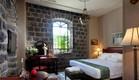 מלון אירופה, חדר אבירים עם קיר הבזלת (צילום: גל פלוטניקוב)
