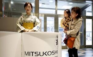 עובדת חדשה בחנות - רובוט אנושי (צילום: רויטרס)