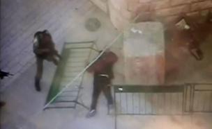תיעוד: ההשתלטות על המחבל בחברון (צילום: חטיבת דובר המשטרה)