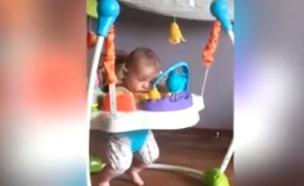 תינוקת נרדמת בבאונסר (צילום: יוטיוב)