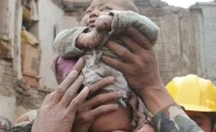 התינוקת מיד לאחר החילוץ