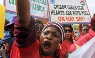 המחאה לשחרור הבנות שנחטפו בשנה שעברה (צילום: sky news)