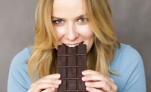 אישה אוכלת שוקולד (צילום: אימג'בנק / Thinkstock)