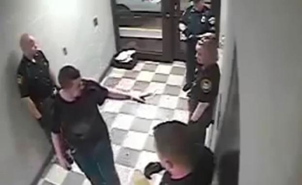 """ארה""""ב: שוטר הכה למוות גבר אוטיסט"""