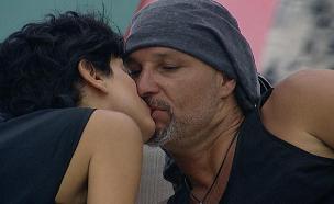 """איציק ונטלי מתנשקים (צילום: מתוך """"האח הגדול VIP"""" ,שידורי קשת)"""