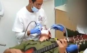 סתימה, טיפול - וגיטרה: צפו בחייל שמנגן בזמן טיפול (צילום: חדשות 2)