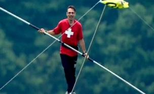 צפו: אלוף ההליכה על חבל דק