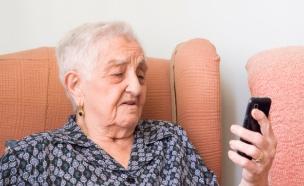 אישה מבוגרת עם סמארטפון (צילום: thinkstock ,thinkstock)