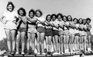 בנות ישראל במכנסיים קצרים (צילום: אוצר תמונות הפלמח The Palmach Photo Gallery. מתוך)