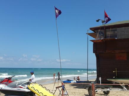 Streamer summer color purple flag on israeli beaches will summer color new tiangle purple flag on israeli beaches will indicate jellyfish presence publicscrutiny Gallery