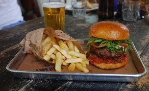 אמריקה בורגרס המבורגר (צילום: רועי הנדלס ,יחסי ציבור)