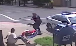 שוטר בקנטקי יורה בצעיר (צילום: מתוך סרטון מצלמת האבטחה)