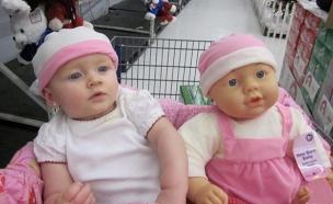 התינוקות שדומים לבובות שלהם (צילום: boredpanda)