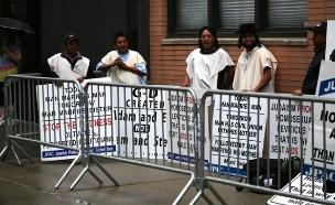 מפגינים בשכר במצעד הגאווה (צילום: The New York Times)