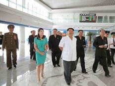 קים מסייר בטרמינל החדש
