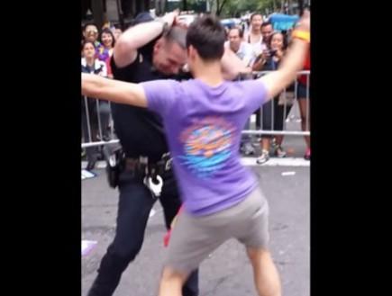השוטר שכבש את מצעד הגאווה בניו יורק (צילום: יוטיוב  ,יוטיוב)