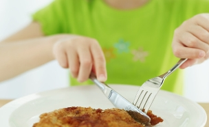 ילד אוכל שניצל (צילום: thinkstock ,getty images)