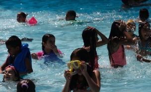 ילדים בבריכה (צילום: תומר אפלבאום)