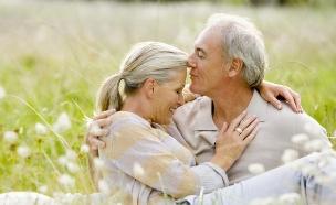 זוג מבוגר מחובק בשדה (צילום: אימג'בנק / Thinkstock)