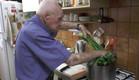 פינחס עמיר בן ה-100 מכין מרק עוף (צילום: אייל זייד ,אייל זייד)