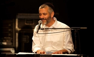"""אביתר בנאי מבצע את """"אור הירח""""  (צילום: שחר בארי ,יחסי ציבור)"""