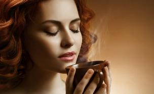 אישה שותה קפה בעירום (צילום: אימג'בנק / Thinkstock ,Thinkstock)