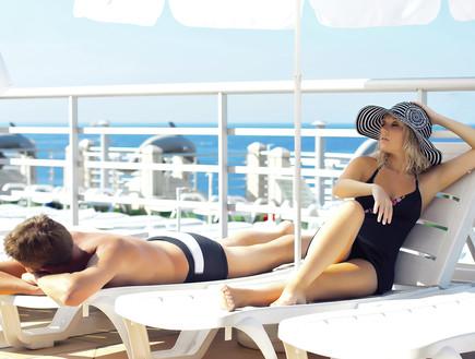 גבר ואישה בבגד ים יושבים על שפת הים (צילום: mako  ,SXC1)